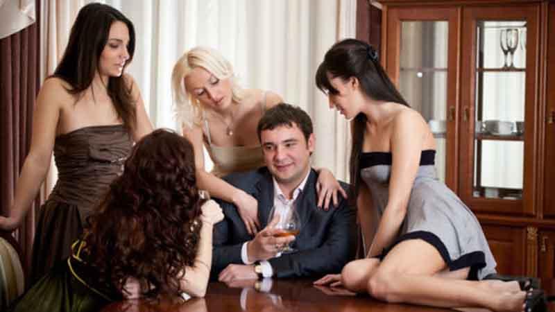 uomo conquista ragazze