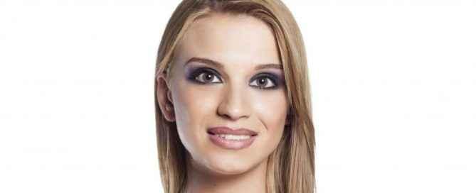 Immagine di una ragazza con un sorriso falso